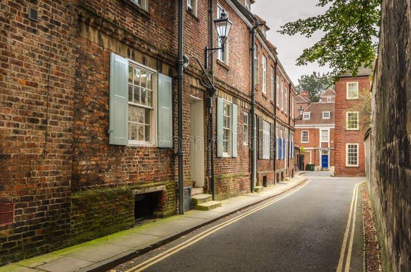 Calle estrecha alineada con las casas colgantes imagen de archivo libre de regalías