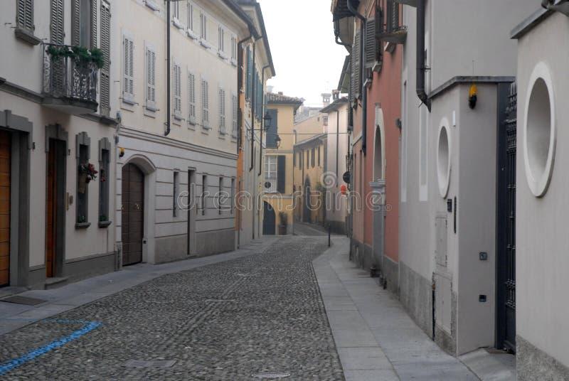 Calle estrecha característica en Crema en la provincia de Crémona en Lombardía (Italia) imagen de archivo