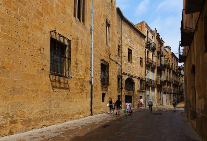 Calle estrecha cerca de la catedral Tortosa, España fotografía de archivo libre de regalías