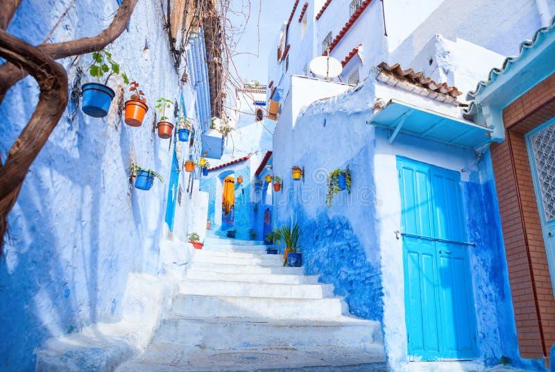 Calle estrecha colorida en el Medina, Chefchaouen, Marruecos imagen de archivo
