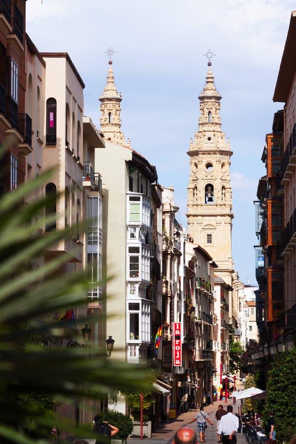 Calle estrecha con el campanario de la catedral Logrono, España imagen de archivo