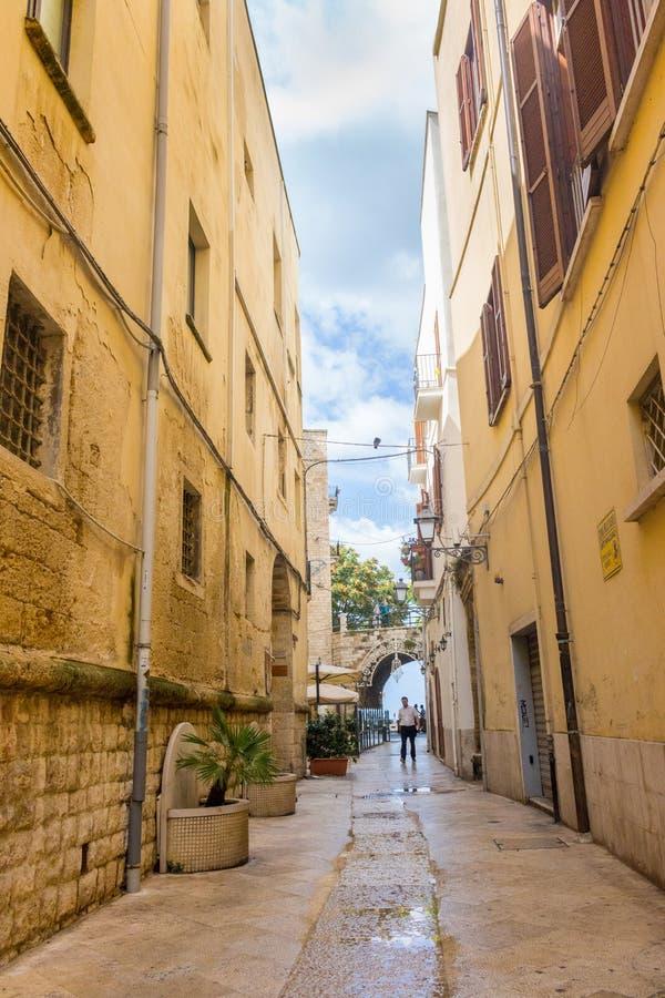 Calle estrecha con la linterna y arco en Bari, Italia Señal del sur italiana Arquitectura europea antigua Paisaje urbano mediterr fotos de archivo