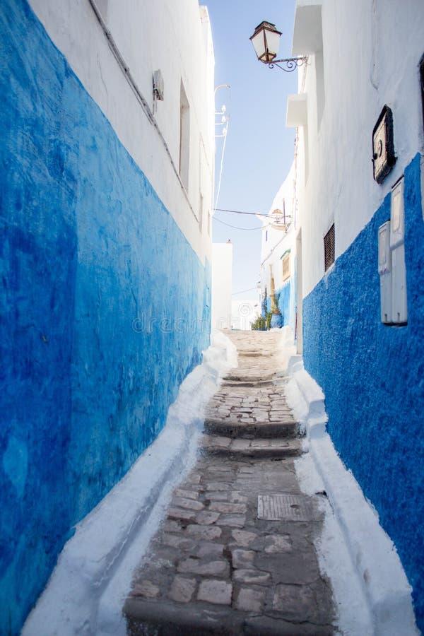 Calle Estrecha Con Las Paredes Azules Pintadas Foto de archivo ...