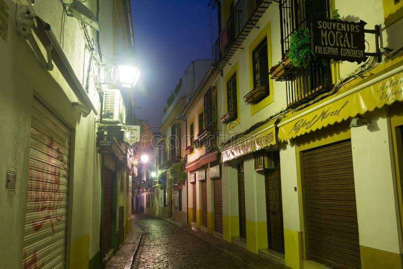 Calle estrecha de Córdoba vieja en madrugada fotos de archivo