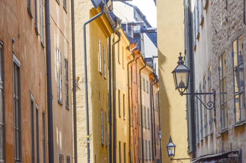 Calle estrecha de Gamla Stan, Estocolmo imagen de archivo libre de regalías