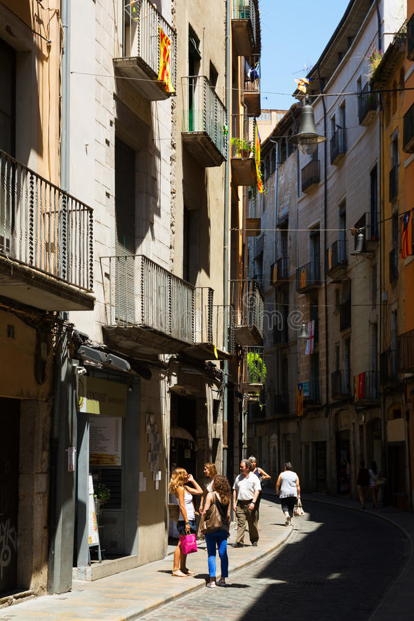 Calle estrecha de Girona, España imagenes de archivo
