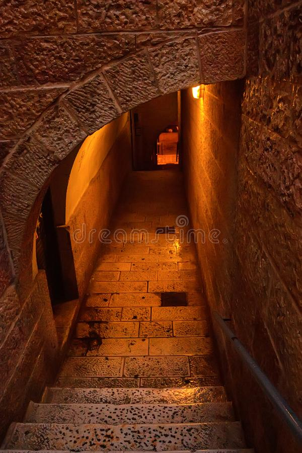 Calle estrecha de Jerusalén en la noche fotos de archivo