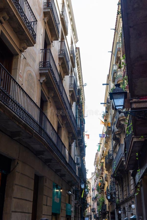 Calle estrecha de la ciudad antigua en el barrio hispano Gotic Barcelona foto de archivo