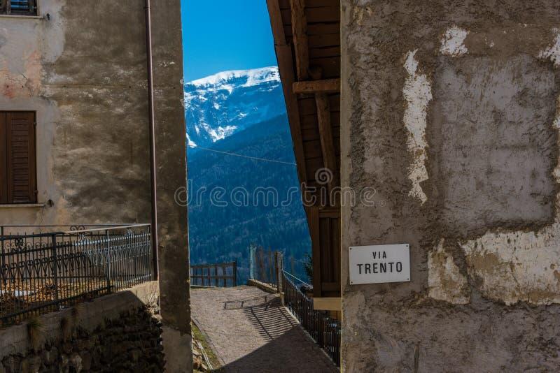 Calle estrecha de la forma del Mountain View entre las casas viejas Trento, Italia, Europa foto de archivo
