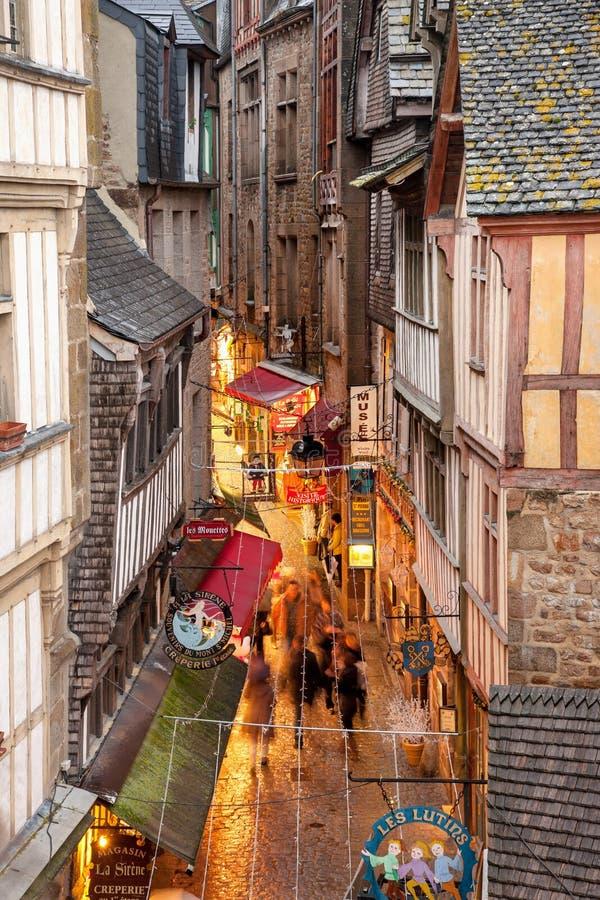 Calle estrecha de Mont Saint Michel Abbey imagen de archivo libre de regalías