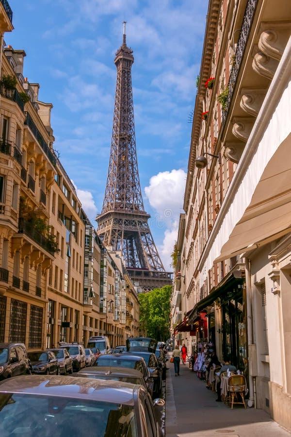 Calle estrecha de París y de la torre Eiffel fotos de archivo libres de regalías