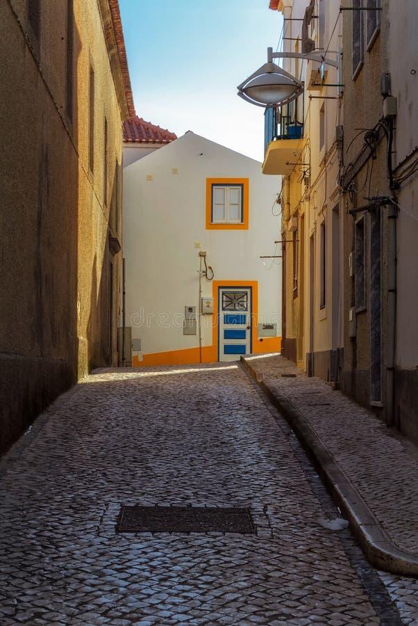Calle estrecha del pueblo portugese de Nazare imagen de archivo