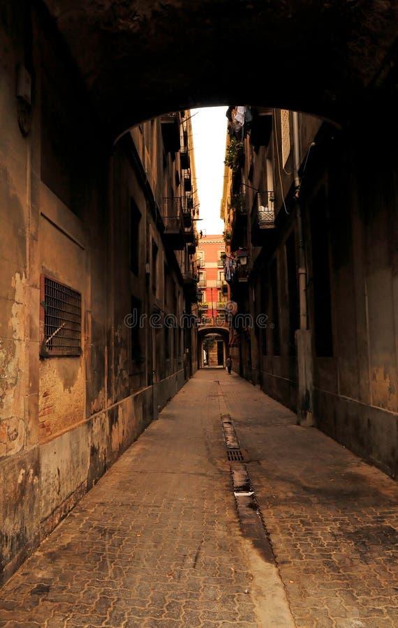 Calle estrecha en Barcelona foto de archivo libre de regalías