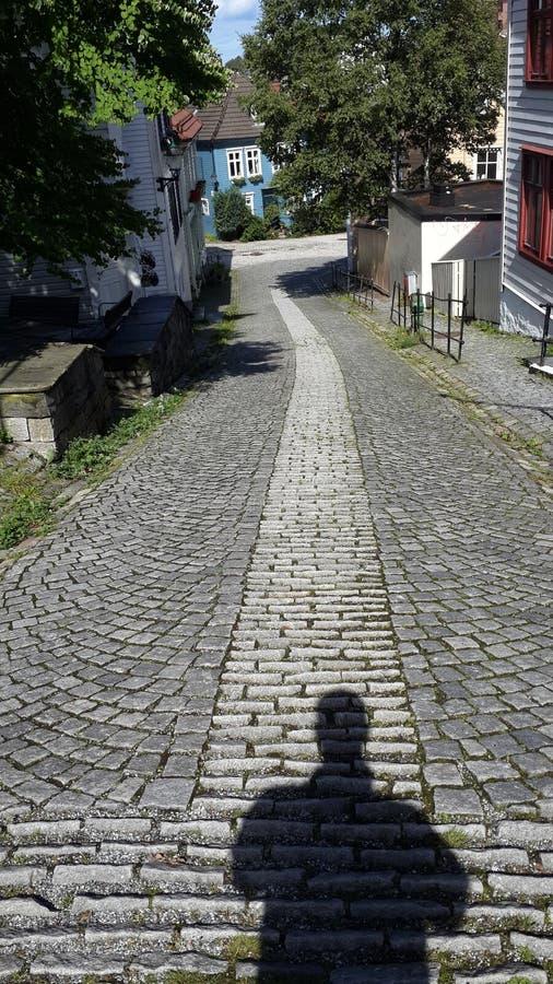 Calle estrecha en Bergen noruega imágenes de archivo libres de regalías