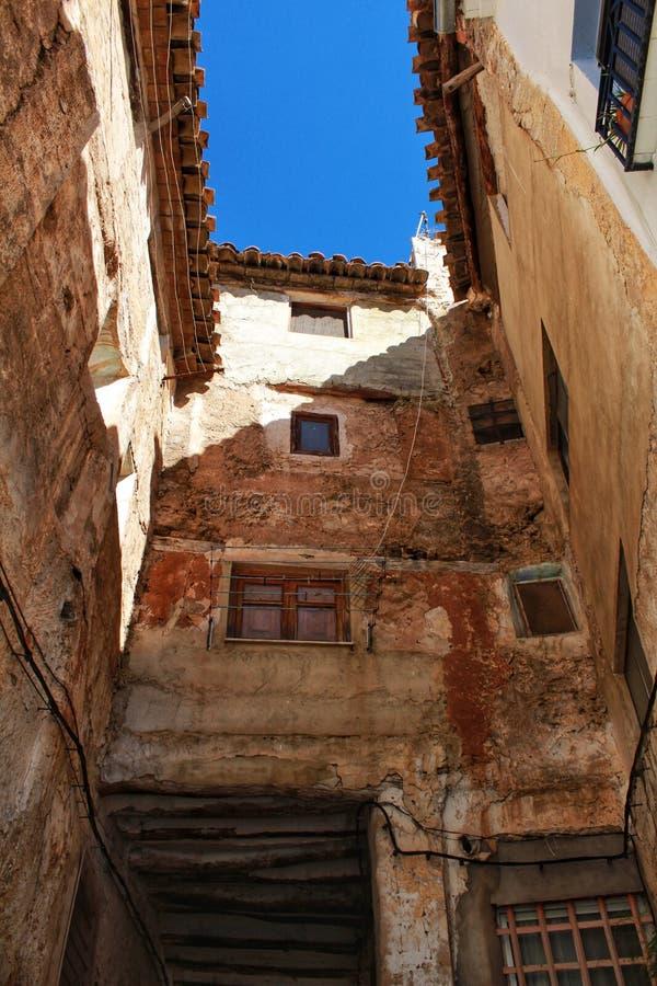 Calle estrecha en Chelva, Valencia imagenes de archivo