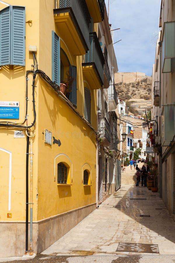 Calle estrecha en distrito viejo Alicante fotos de archivo