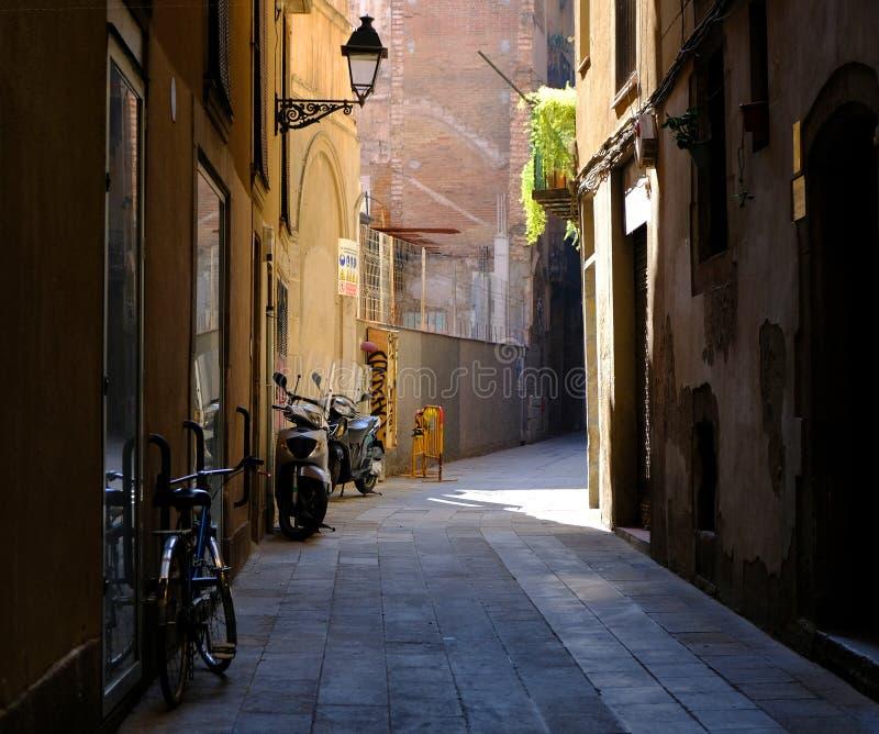 Calle estrecha en el centro histórico de Barcelona imagen de archivo