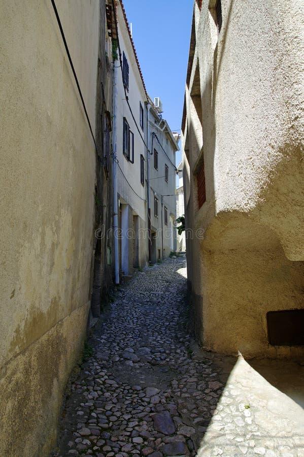 Calle estrecha en el centro histórico de Vrbnik, Croacia foto de archivo libre de regalías