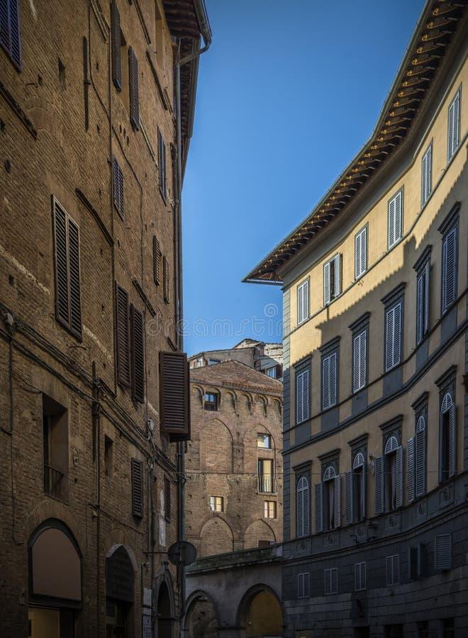 Calle estrecha en el itali de Siena, tiempo del día de Toscana foto de archivo