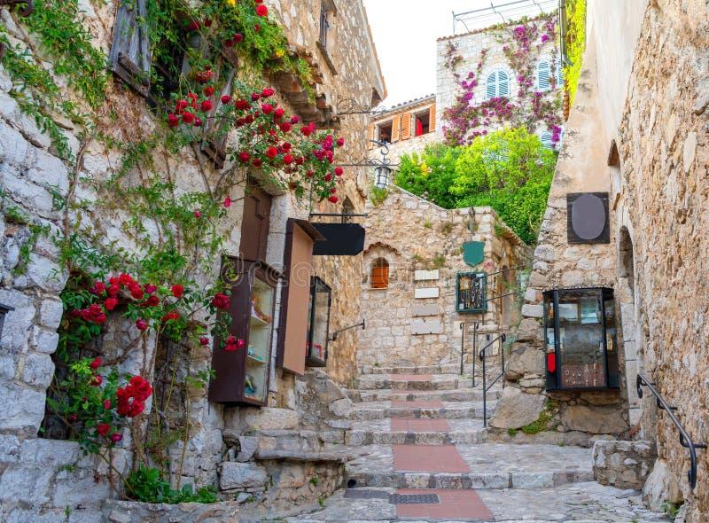 Calle estrecha en Eze medieval en Cote d'Azur, riviera francesa, Francia foto de archivo