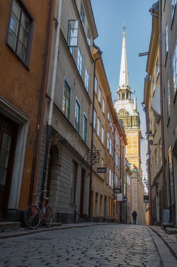 Calle estrecha en Gamla Stan, Estocolmo, Suecia imagen de archivo
