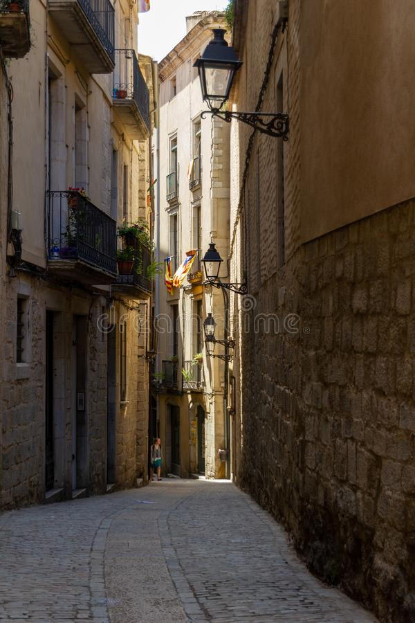 Calle estrecha en Girona imagen de archivo libre de regalías