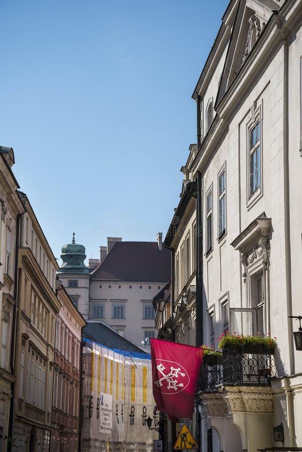Calle estrecha en la ciudad de Kraków en Polonia foto de archivo libre de regalías