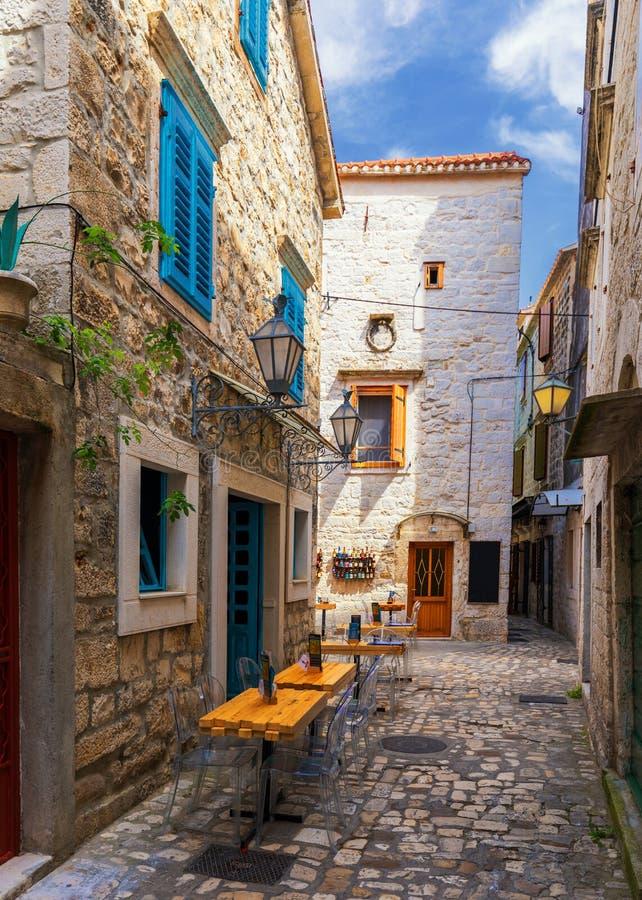 Calle estrecha en la ciudad hist?rica Trogir, Croacia. Destinaci?n del recorrido. Calle vieja estrecha en la ciudad de Trogir, Cro imágenes de archivo libres de regalías