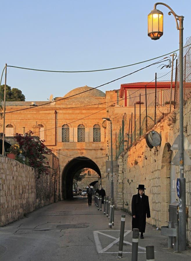 Calle estrecha en la ciudad vieja de Jerusalén, Israel foto de archivo libre de regalías