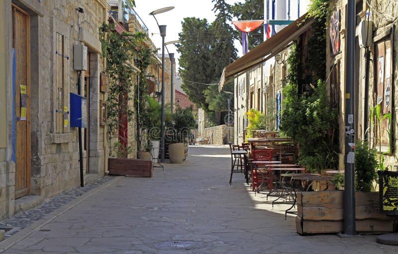 Calle estrecha en la ciudad vieja de Limassol foto de archivo