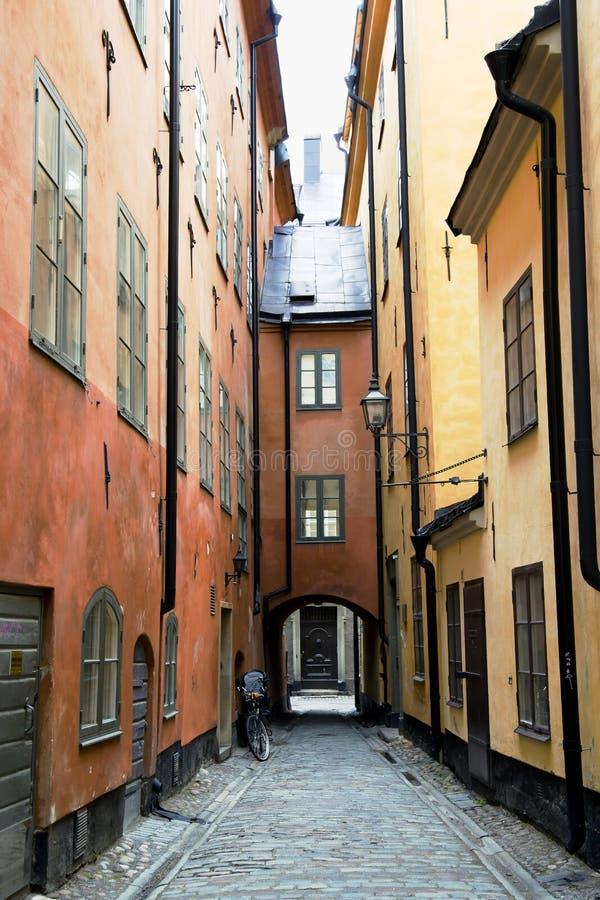 Calle estrecha en la ciudad vieja (Gamla Stan) de Estocolmo fotos de archivo