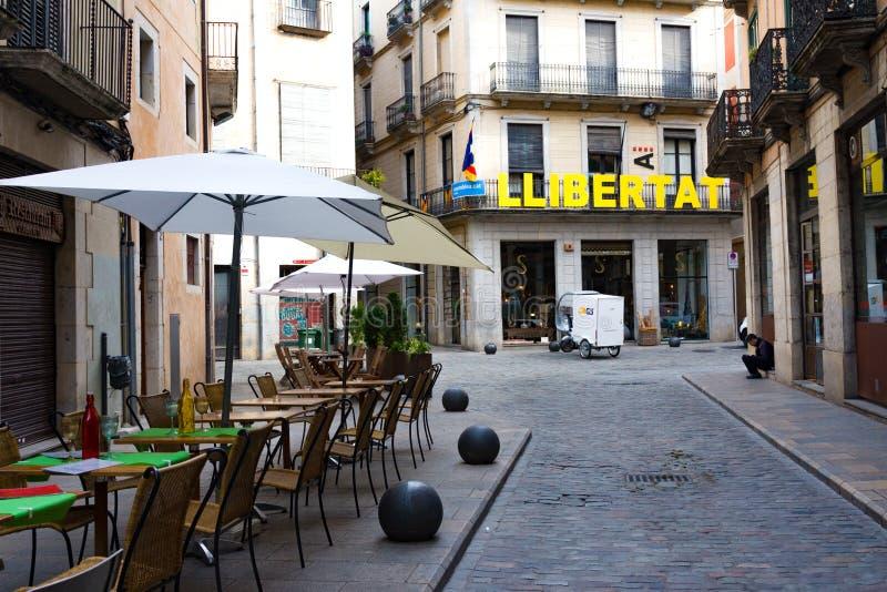 Calle estrecha en la ciudad vieja y la palabra Libertad Girona, Catalu?a, Espa?a fotos de archivo libres de regalías