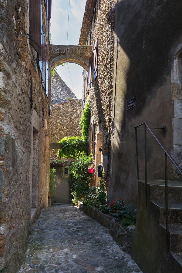 Calle estrecha en un pequeño d& francés x27 de Vallon Pont del pueblo; Arco foto de archivo libre de regalías