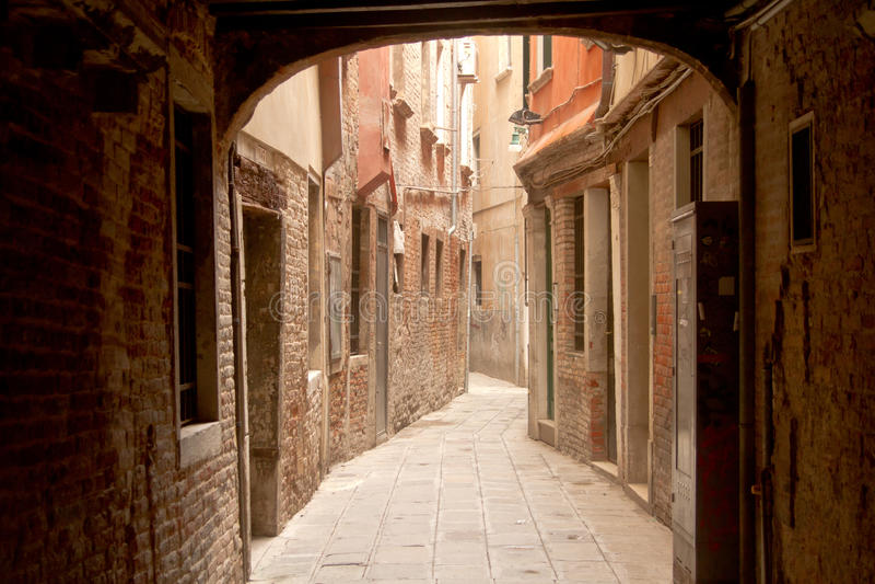 Calle estrecha en Venecia fotos de archivo libres de regalías