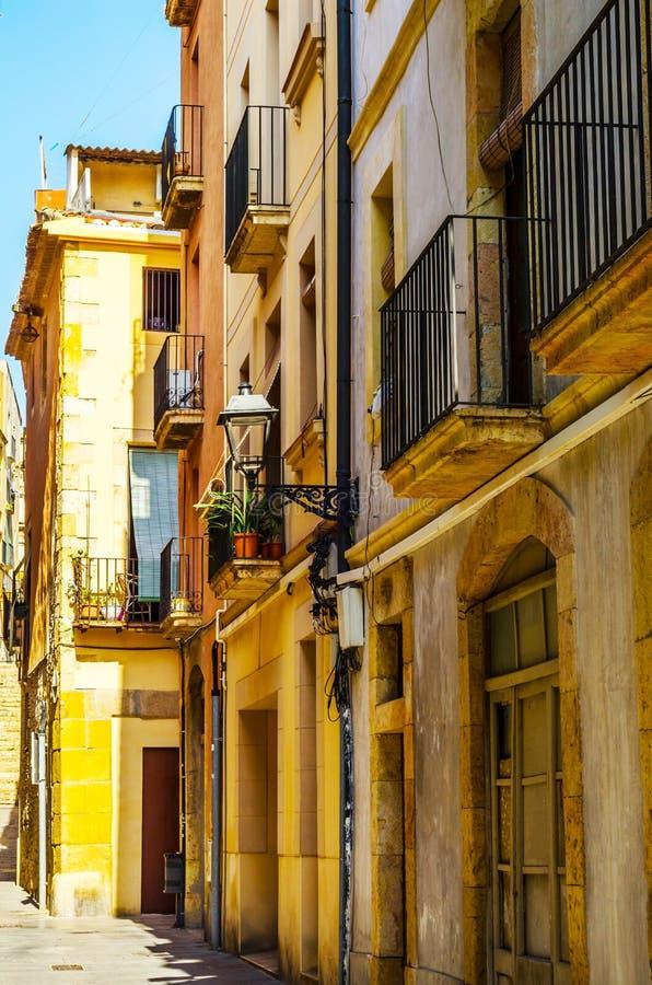Calle estrecha encantadora, calle con las fachadas coloridas del edificio fotografía de archivo