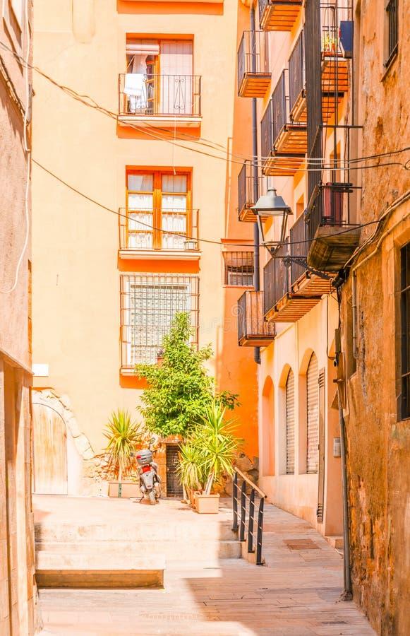 Calle estrecha encantadora, calle con las fachadas coloridas del edificio fotos de archivo