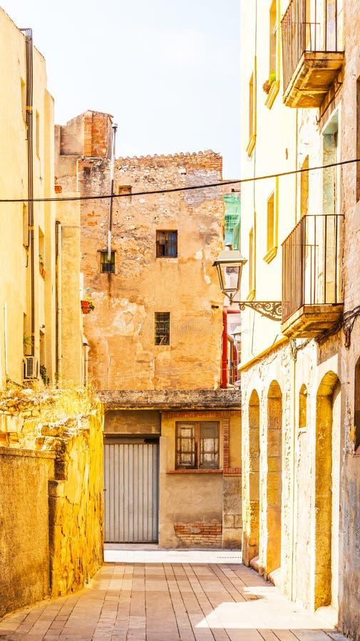Calle estrecha encantadora, calle con las fachadas coloridas del edificio fotografía de archivo libre de regalías