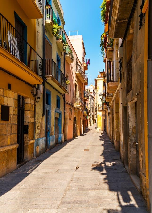 Calle estrecha encantadora, calle con las fachadas coloridas del edificio foto de archivo