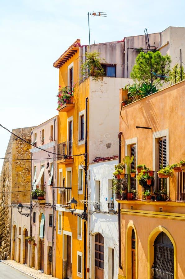 Calle estrecha encantadora, calle con las fachadas coloridas del edificio imagen de archivo libre de regalías