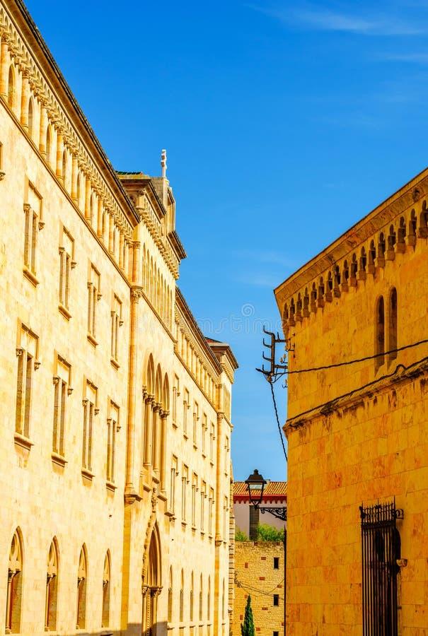 Calle estrecha encantadora, calle con las fachadas coloridas del edificio fotos de archivo libres de regalías