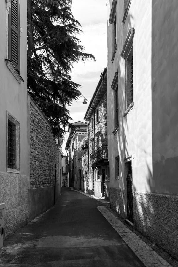 Calle estrecha pintoresca con las casas de piedra viejas imagen de archivo libre de regalías
