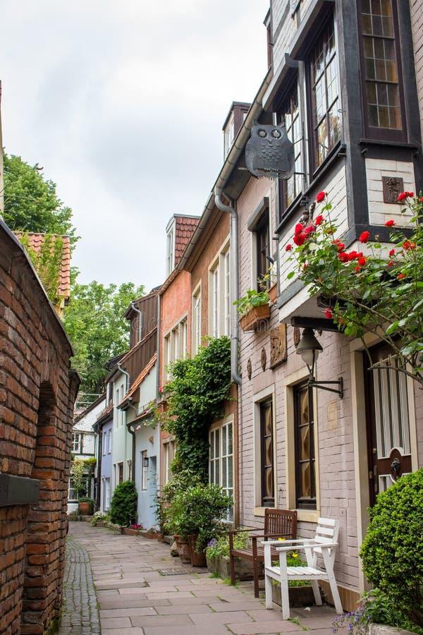 Calle estrecha vacía con las casas medievales Calle acogedora en la ciudad vieja, Europa Exterior hermoso de edificios viejos eur fotos de archivo