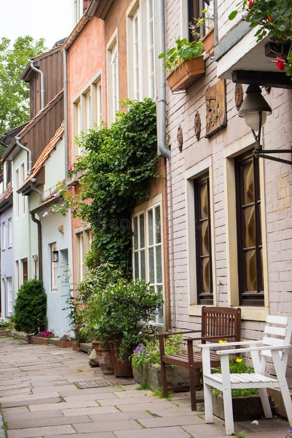 Calle estrecha vacía con las casas medievales Calle acogedora en la ciudad vieja, Europa Exterior hermoso de edificios viejos eur imagen de archivo libre de regalías