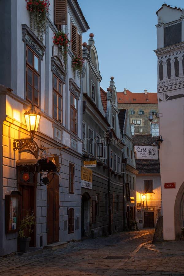 Calle estrecha vacía del guijarro en la ciudad histórica de Cesky Krumlov foto de archivo libre de regalías