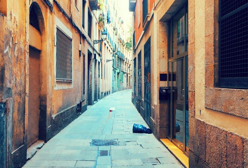Calle estrecha vieja de la ciudad europea Barcelona imagen de archivo
