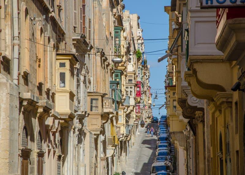 Calle estrecha vieja de la ciudad europea (La Valeta, Malta) imágenes de archivo libres de regalías