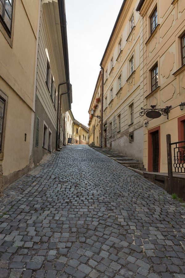 Calle estrecha vieja en Bratislava, Eslovaquia foto de archivo libre de regalías