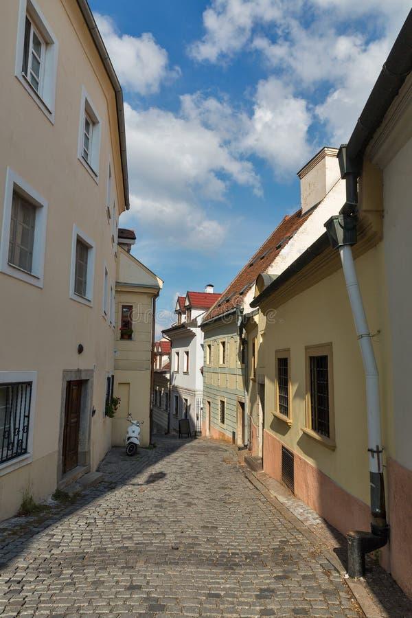 Calle estrecha vieja en Bratislava, Eslovaquia fotografía de archivo libre de regalías