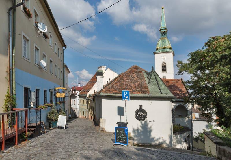 Calle estrecha vieja en Bratislava, Eslovaquia fotos de archivo libres de regalías
