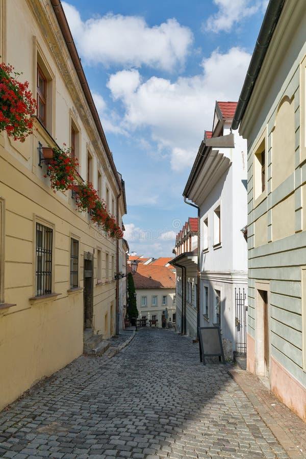Calle estrecha vieja en Bratislava, Eslovaquia imágenes de archivo libres de regalías